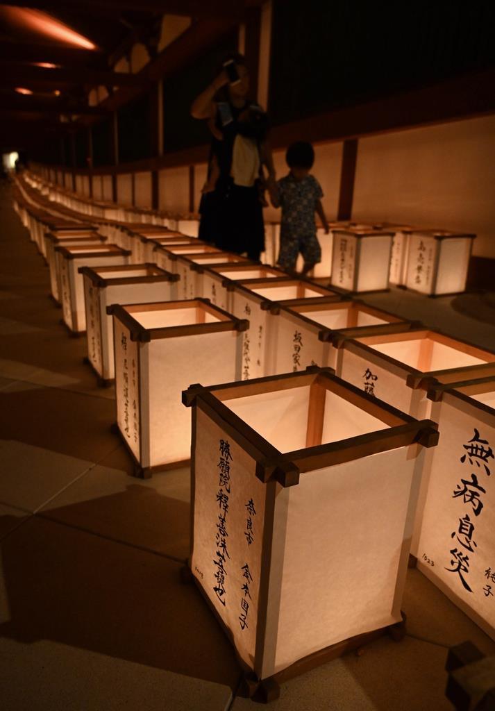 東大寺で営まれた万灯供養会。灯籠の淡い明かりが回廊を照らした=奈良市