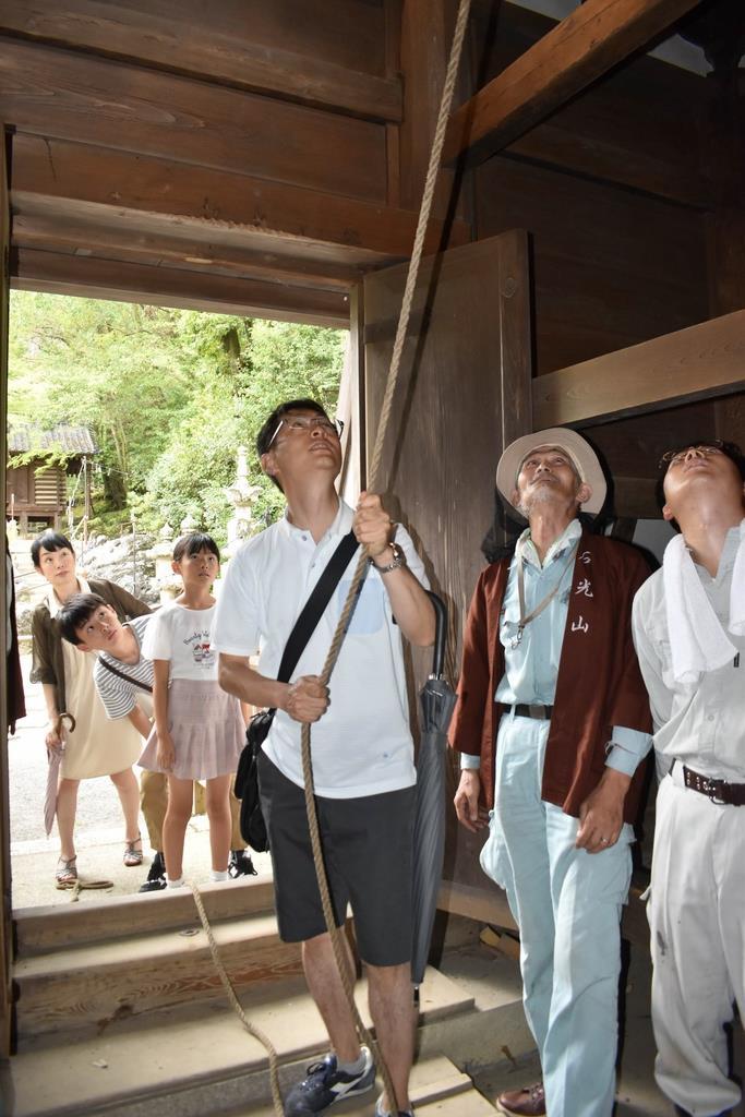 「平和の鐘撞き」に参加した参拝客ら=15日午後、大津市の石山寺