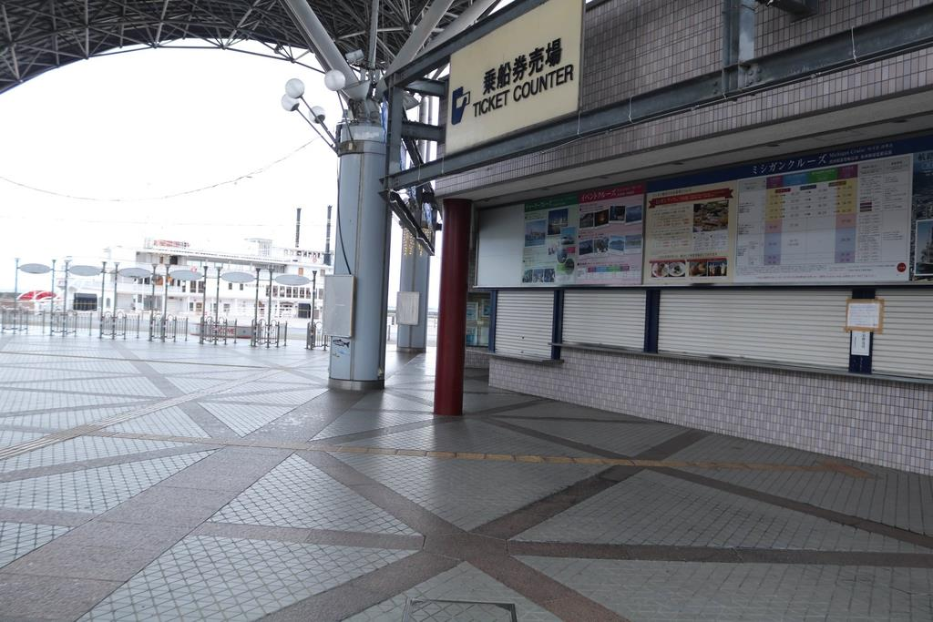 観光船の窓口が閉じられ、人気のない大津港=15日午後5時、大津市