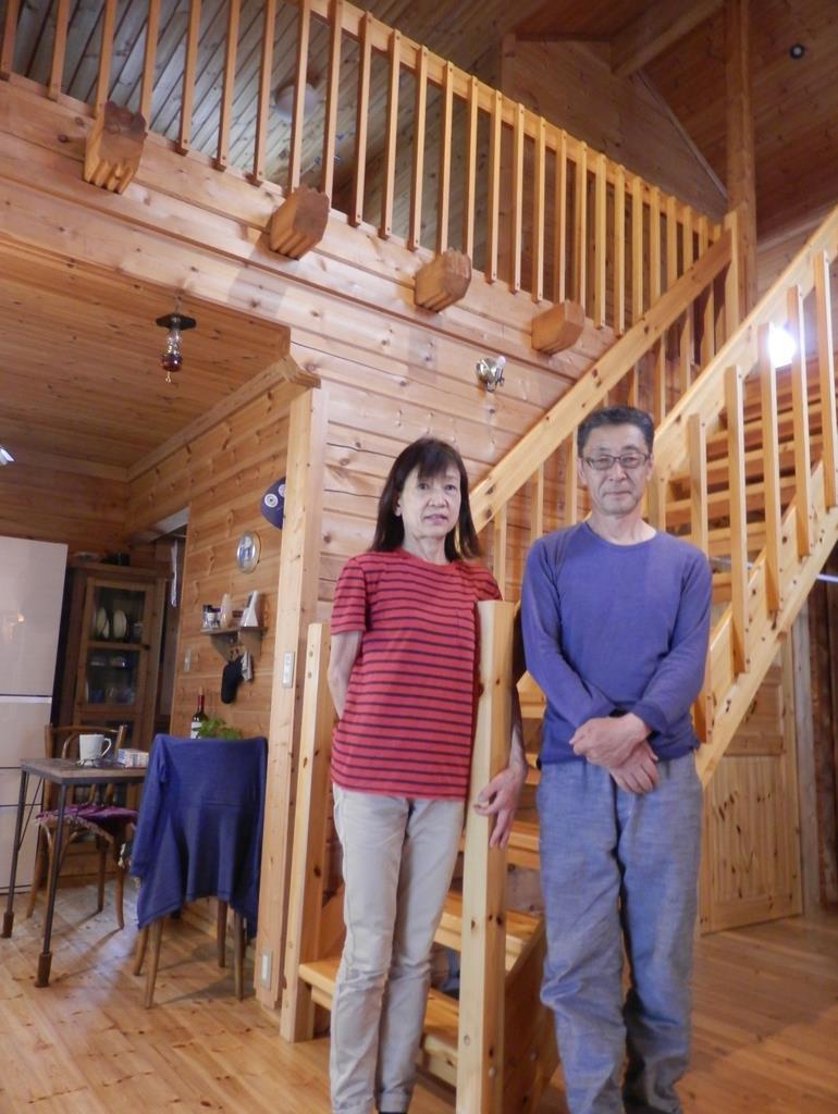 お試し暮らし住宅を利用して移住した西村淳一さん夫婦。念願のログハウス生活を満喫している=兵庫県赤穂市