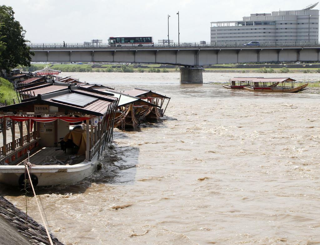 台風10号の影響で増水した長良川と鵜飼い観覧船。複数が流された=16日午後1時36分、岐阜市