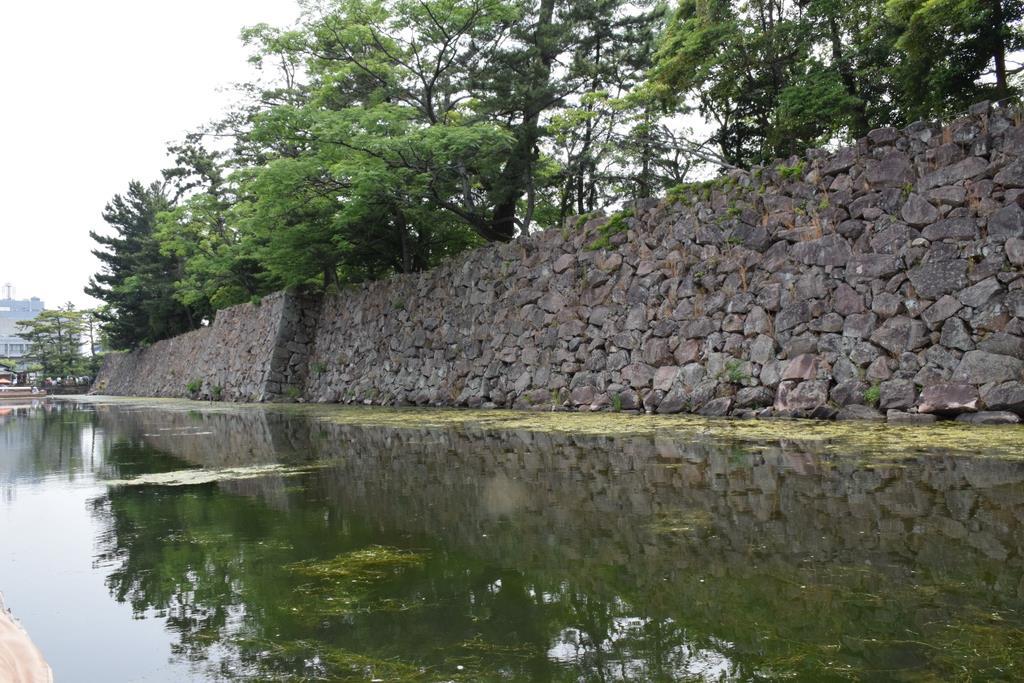 船上からは、美しい石垣が眺められる=島根県松江市(吉国在撮影)
