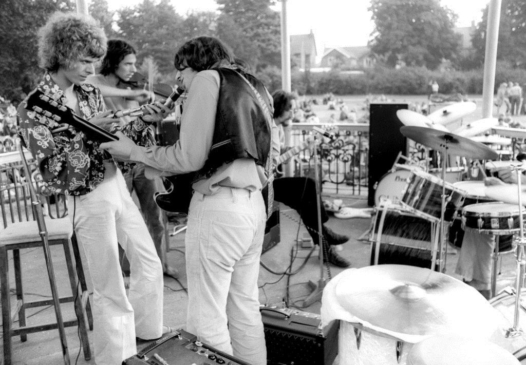 「登録建造物」に指定されたロンドン南東部ベックナムの野外ステージでパフォーマンスするデビッド・ボウイさん(左)=1969年(英PA通信=共同)