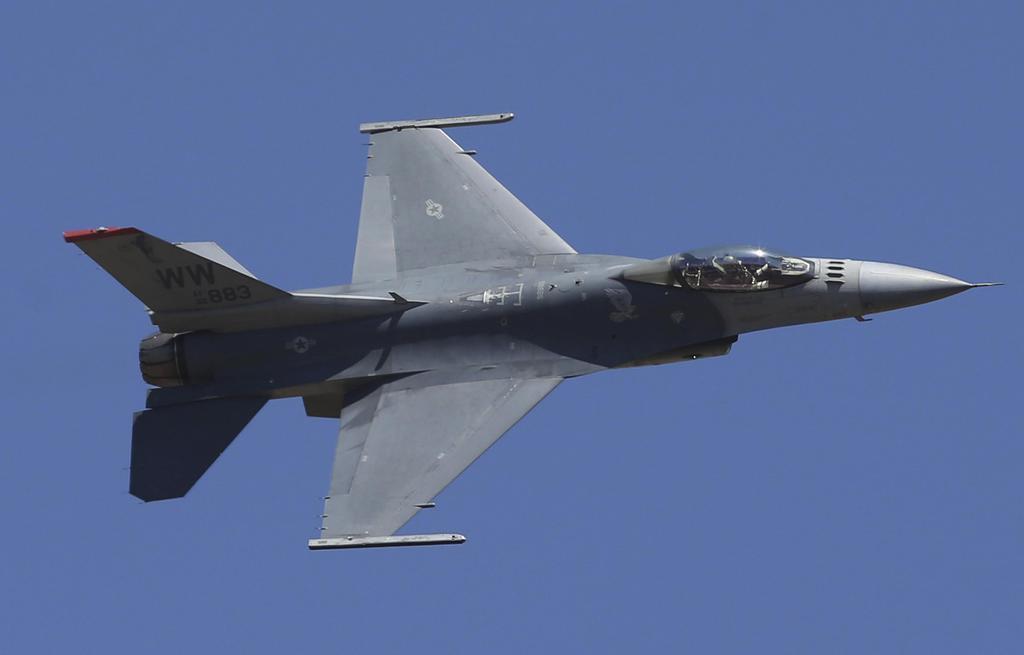 飛行するF16戦闘機=2月24日、インド・ベンガルール(バンガロール)(AP)