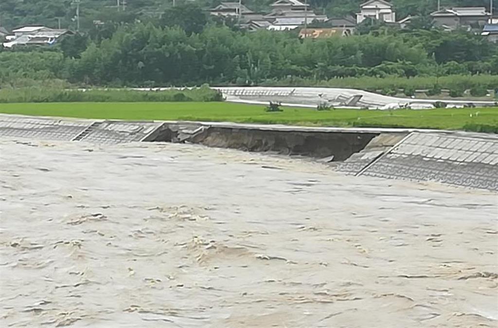 大雨の影響で約50メートルにわたって崩れた日高川の護岸=和歌山県日高川町(和歌山県提供)