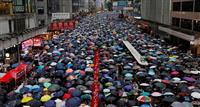 香港デモ「170万人」参加 当局不許可 道路埋め尽くす