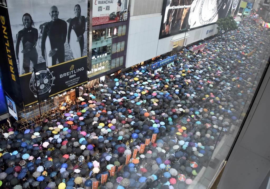 18日、香港の市街地を埋め尽くしたデモ参加者(西見由章撮影)