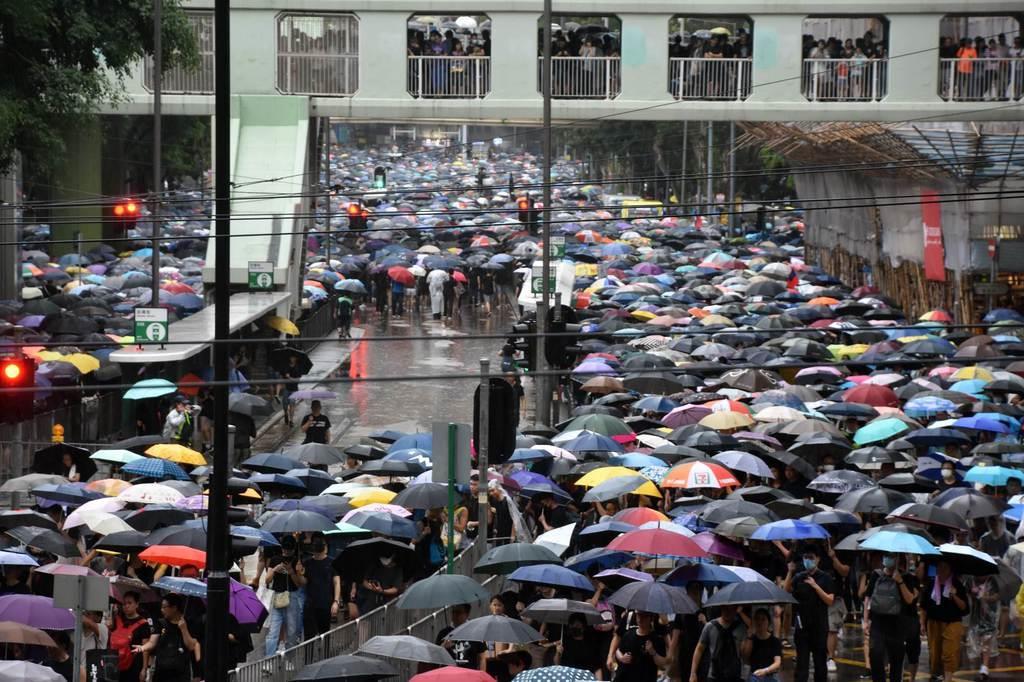 18日、香港で開かれた抗議集会の会場周辺を埋め尽くしたデモ参加者(西見由章撮影)