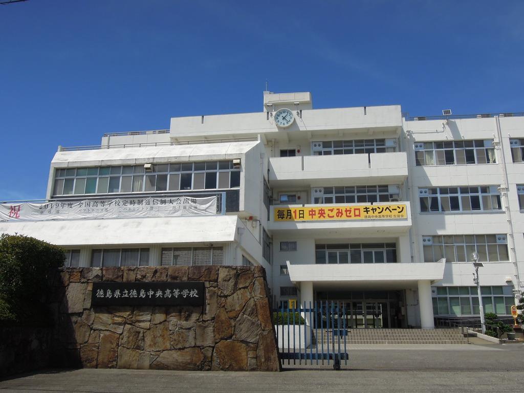 夜間中学が併設される徳島県立徳島中央高校=8月12日午後、徳島市