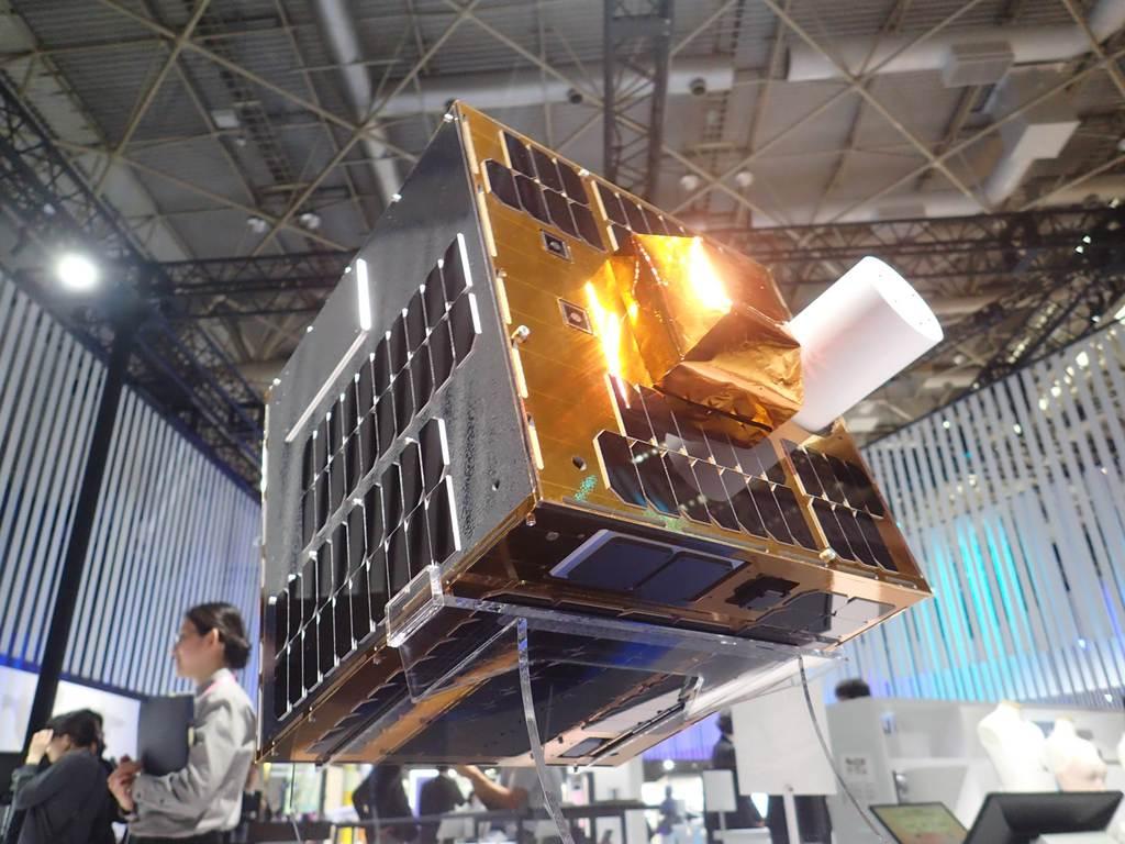 川崎重工が2020年度内に打ち上げを目指す宇宙ごみ除去実証用の人工衛星の模型