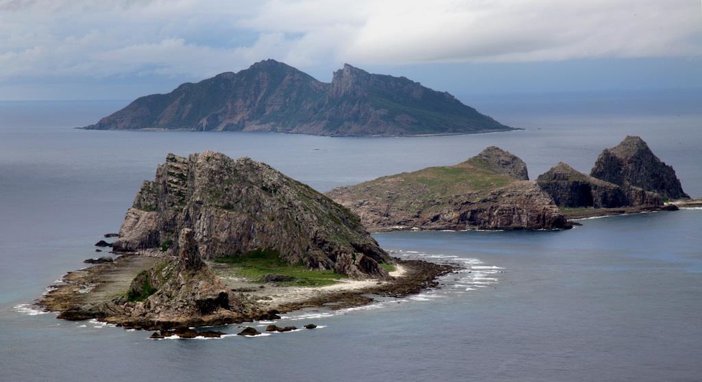 尖閣諸島。手前から南小島、北小島、魚釣島(鈴木健児撮影、海上自衛隊の哨戒機P-3Cから)