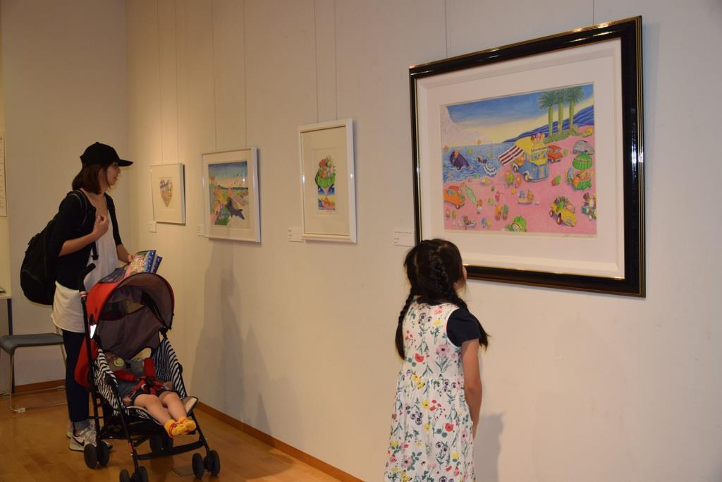色鮮やかな作品を展示している今村幸治郎作品展=うつのみや妖精ミュージアム