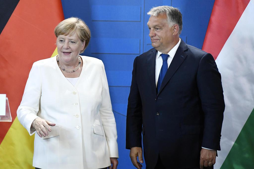 記者会見するドイツのメルケル首相(左)とハンガリーのオルバン首相=19日、ハンガリー・ショプロン(AP)