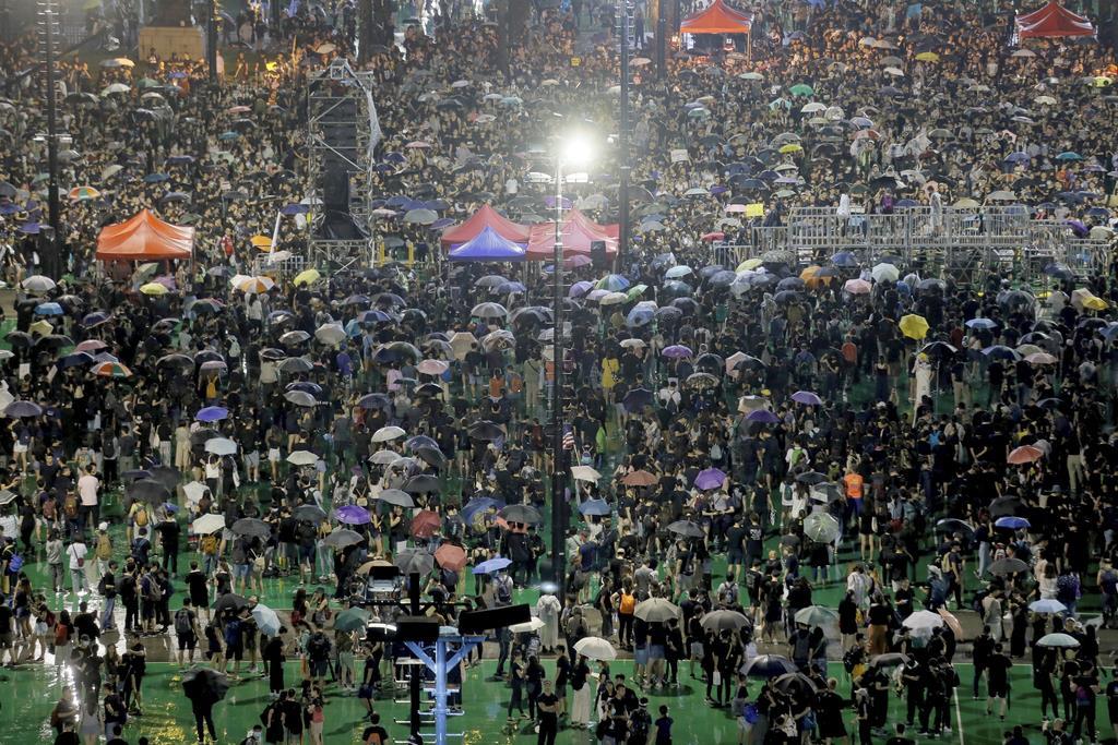 抗議活動が続く香港のビクトリアパーク=18日(AP)