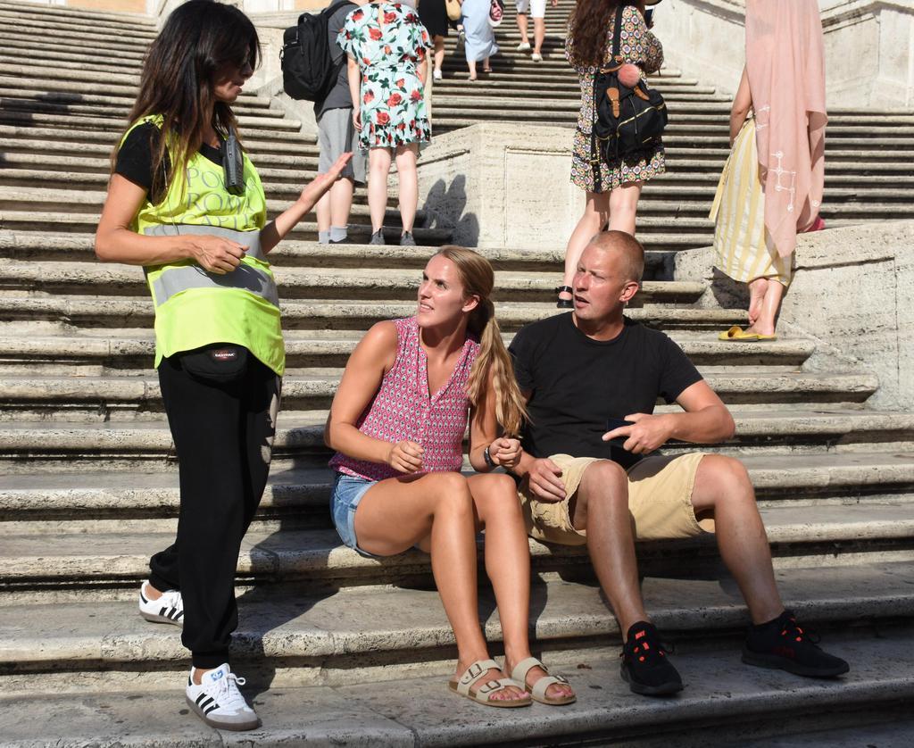 ローマのスペイン階段などに座ることを禁じる条例を受け、階段を巡回する警察官(ゲッティ=共同)