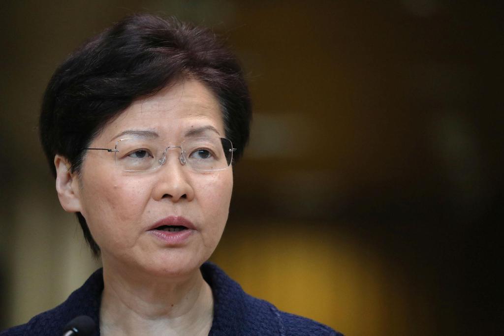 20日、記者会見する香港政府トップの林鄭月娥行政長官(ロイター)