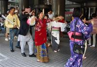 【変わる多国籍の街・新大久保】(1)商店街に流れる22カ国語の「ようこそ」