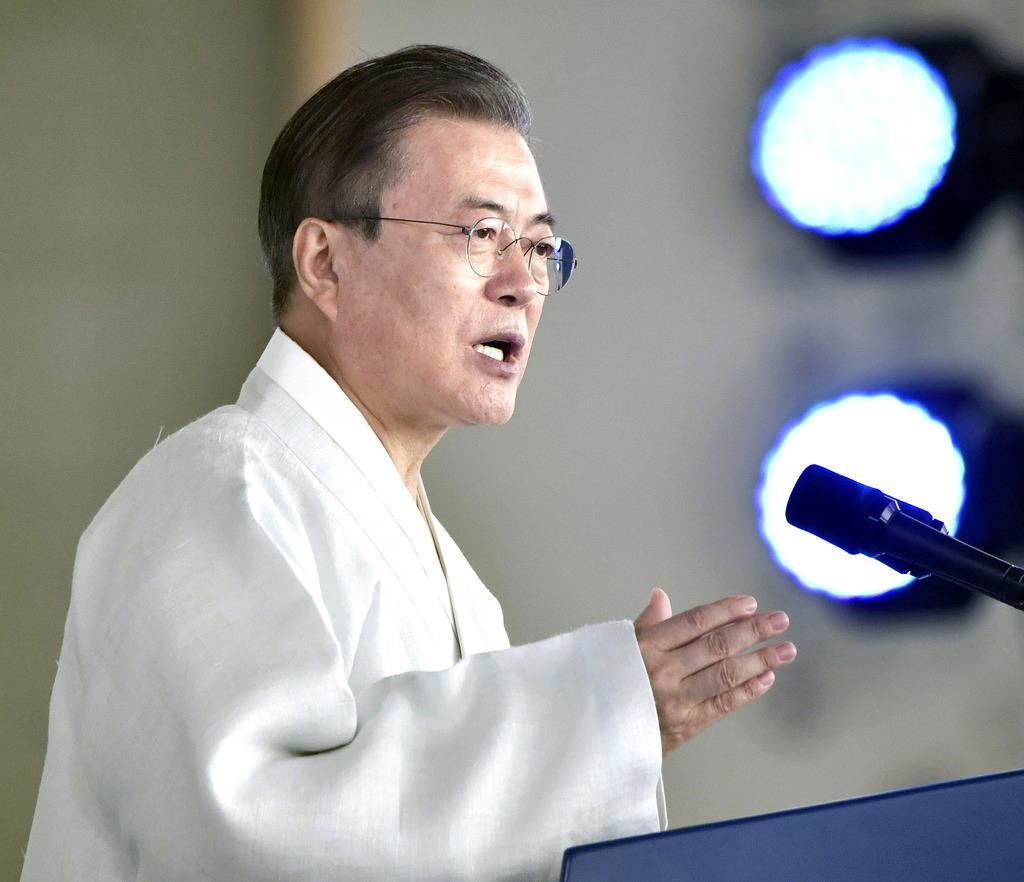 15日、韓国で開かれた「光復節」式典で演説する文在寅大統領(共同)