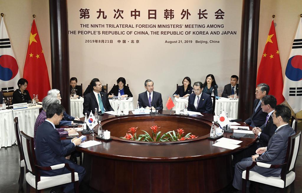 21日、北京郊外で開かれた日中韓3カ国外相会談(共同)