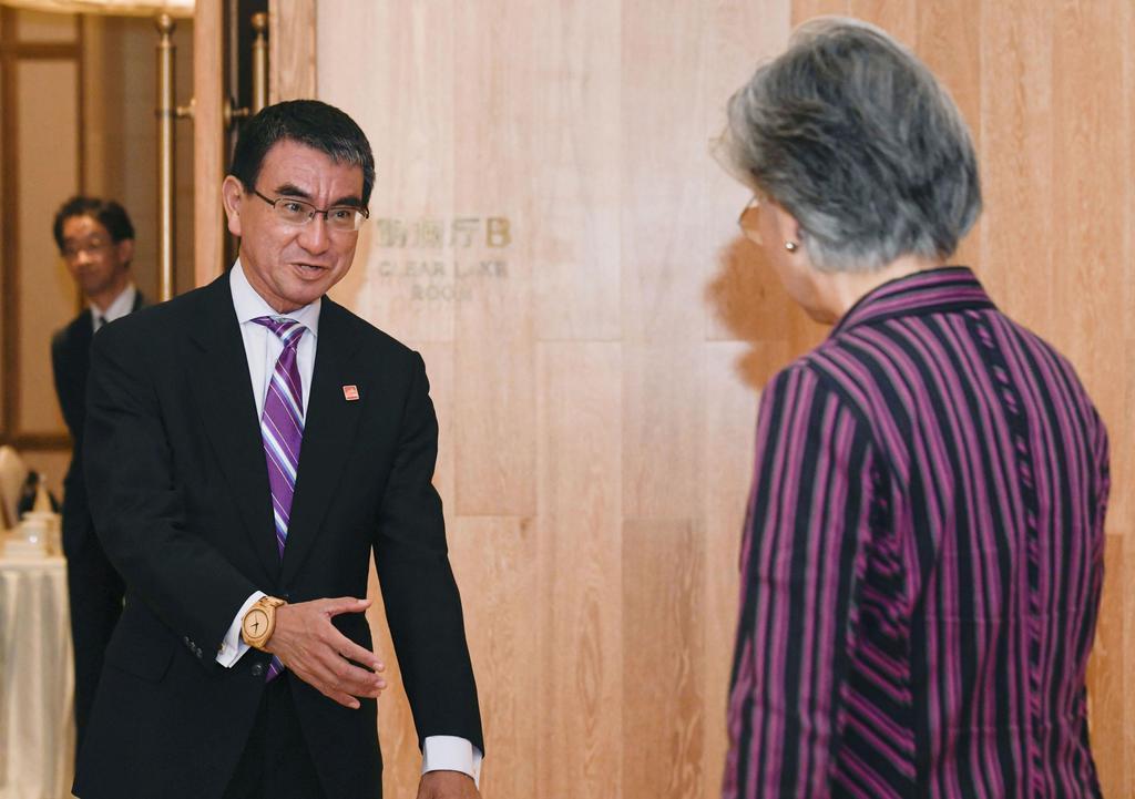 会談を前に韓国の康京和外相(右)を迎える河野外相=21日、北京郊外(共同)