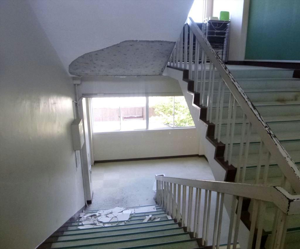 佐賀県鹿島市立浜小学校の階段部分の天井からはがれ落ちたモルタル=13日、鹿島市