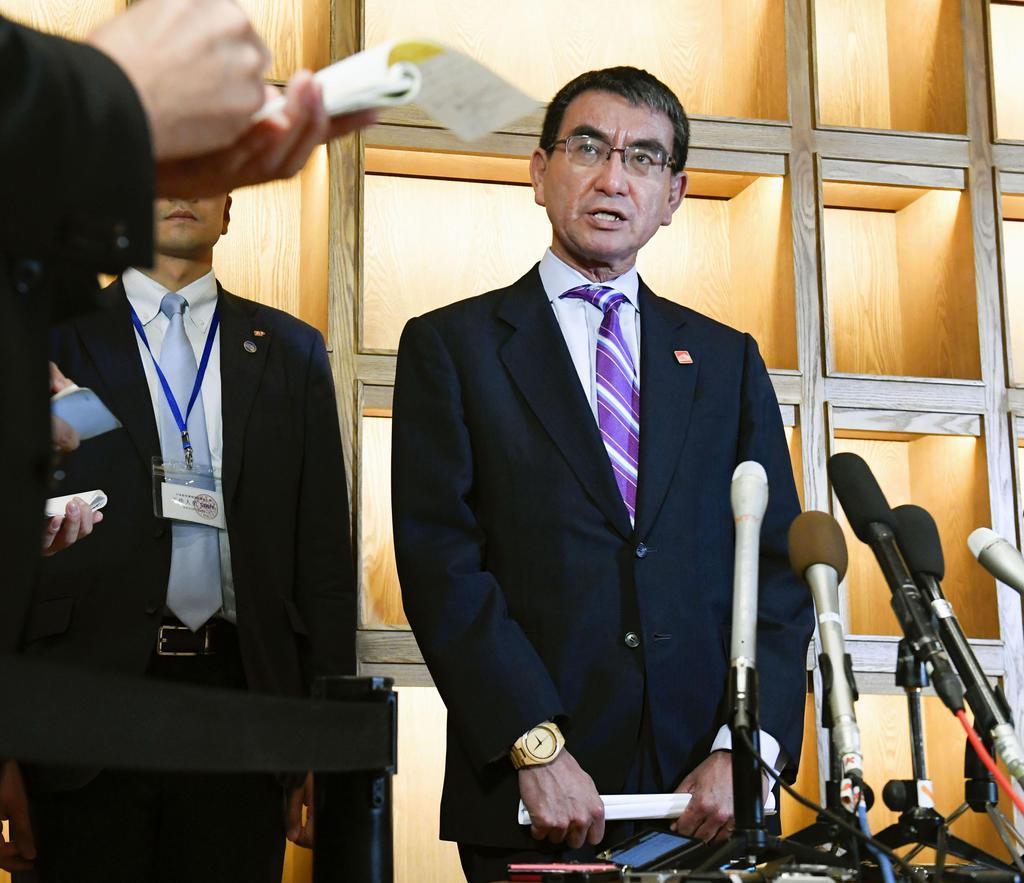 韓国の康京和外相との会談について説明する河野外相=21日、北京郊外(共同)