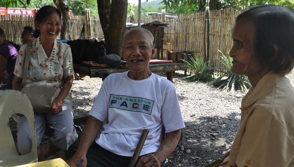 戦時中に父を地元ゲリラに殺害された日系残留2世のアントニオ・タワラさん(中央)=7月3日、フィリピン・プエルトプリンセサ市(橋本昌宗撮影)