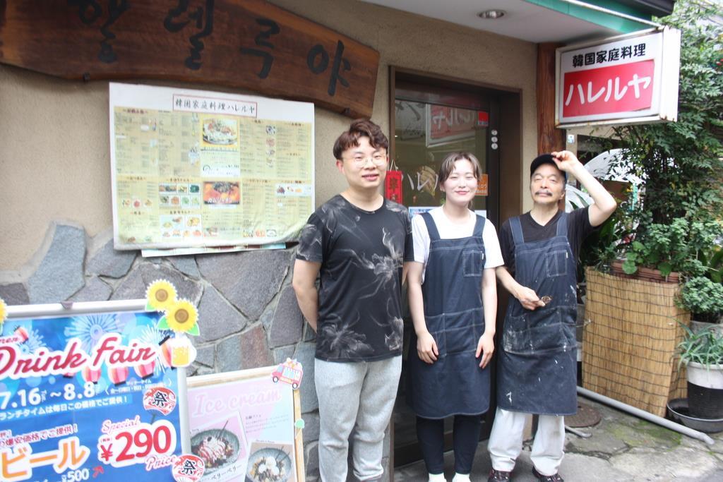 新大久保で40年近く韓国家庭料理店を営業する「ハレルヤ」。総料理長の金東柱さん(右)と従業員=新宿区(大渡美咲撮影)