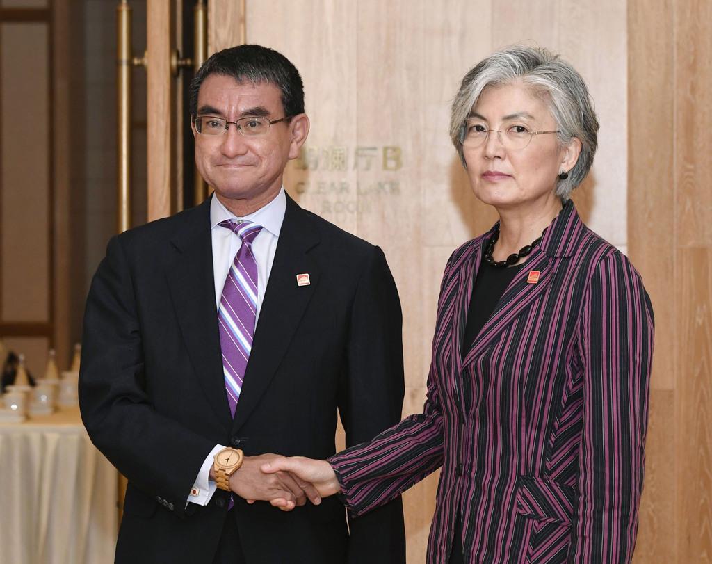 輸出規制厳格化になどをテーマに会談した河野外相(左)と韓国の康京和外相=21日、北京郊外(共同)