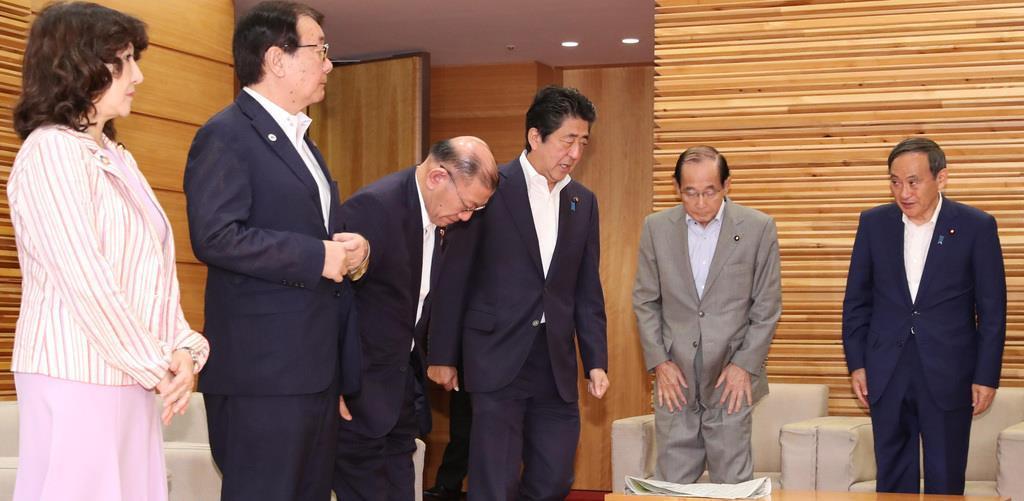 繰り上げ閣議に臨む(左から4人目)安倍晋三首相=22日午前、首相官邸(春名中撮影)