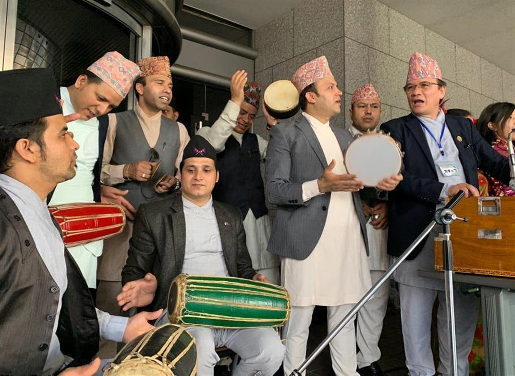 新大久保フェスで仲間とともにネパールの歌を歌うティラク・マッラさん(右端)=4日、東京都新宿区