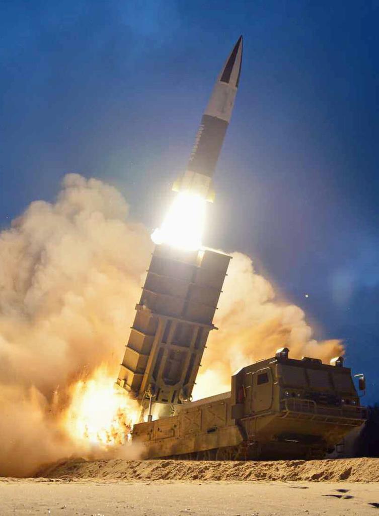 8月11日付の北朝鮮の労働新聞に掲載された「新兵器」の試射の写真(コリアメディア提供・共同)