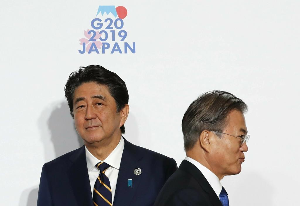 G20大阪サミットですれ違う安倍晋三首相(左)と韓国の文在寅大統領。その後、日韓関係は極度に悪化した=6月28日、大阪大阪市住之江区(AP)