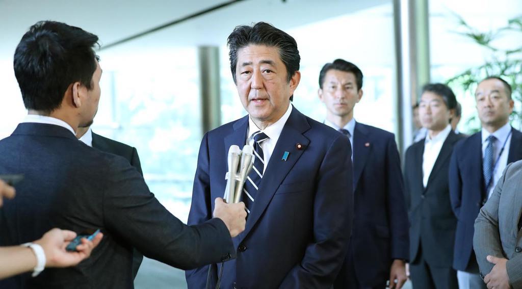 G7への出発を前に記者団の質問に答える安倍晋三首相=23日午前、首相官邸(春名中撮影)