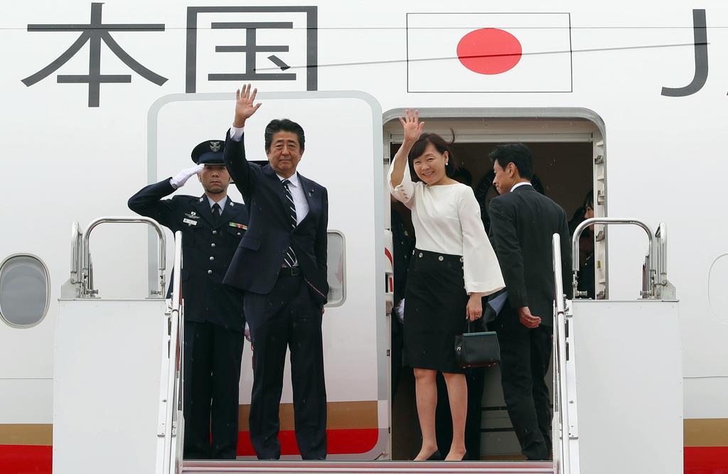 G7出席のためフランスへ出発する安倍晋三首相と昭恵夫人=23日午前、羽田空港(萩原悠久人撮影)