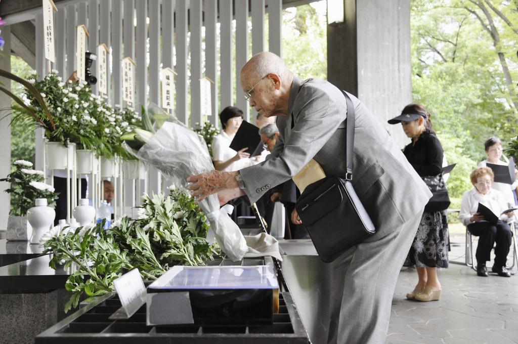 シベリアやモンゴルの抑留犠牲者を追悼する集いで、献花する参列者=23日午後、東京都千代田区の千鳥ケ淵戦没者墓苑