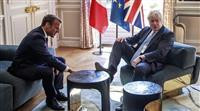 英首相、テーブルに足 余裕演出、仏大統領と会談