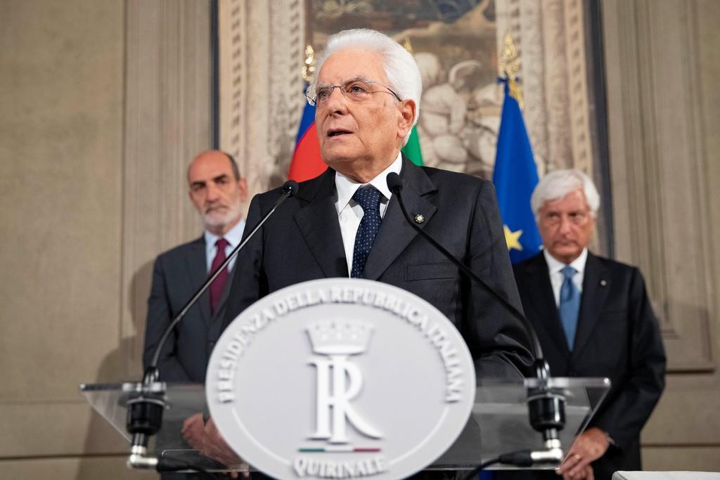 会見で話すイタリアのマッタレッラ大統領=22日、ローマ(ロイター)