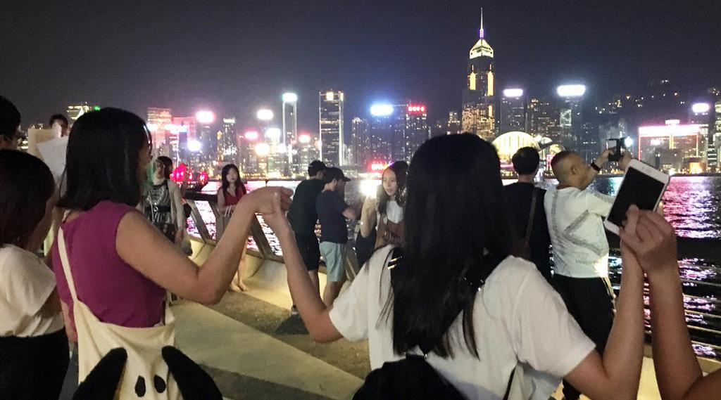 香港で手をつないで「人間の鎖」を作る市民たち=23日夜、香港(藤本欣也撮影)