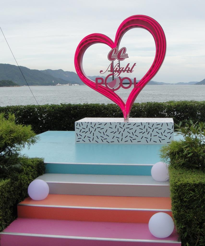 瀬戸内海を一望できるグランドプリンスホテル広島の「CanCamナイトプール」=広島市南区