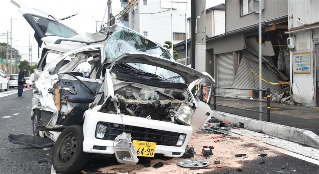 【動画あり】多重事故で2人死亡 神戸の国道、トレーラー民家に…