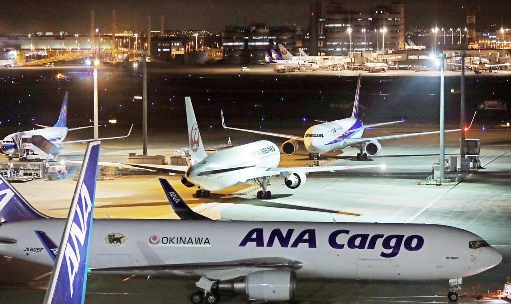 羽田空港に離発着する旅客機=8月8日午後、東京都大田区(古厩正樹撮影)