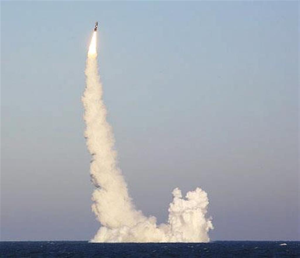 ロシア国防省が24日に公表した、潜水艦発射弾道ミサイル「ブラワ」の発射実験の様子(共同)