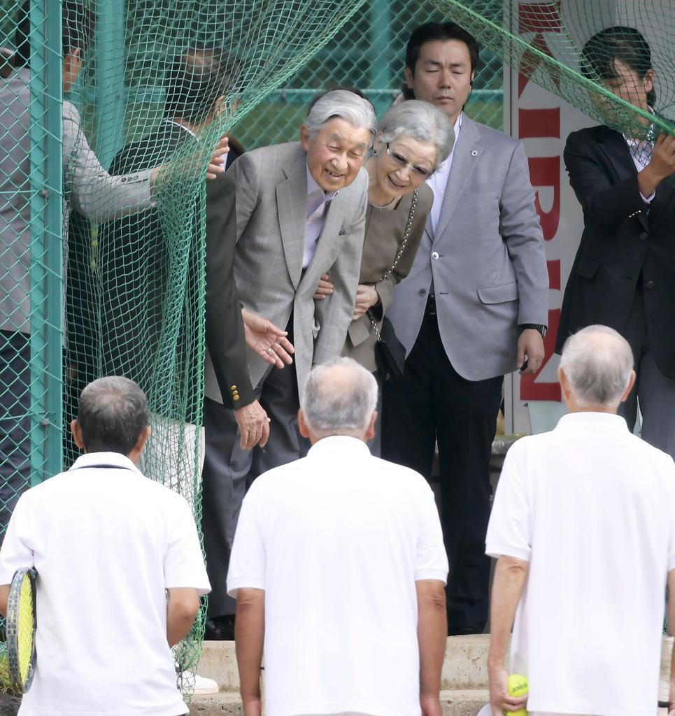 思い出のテニスコートに 上皇ご夫妻、軽井沢で