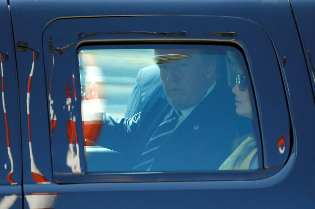 フランス南西部ビアリッツに到着したトランプ米大統領夫妻=24日(ロイター)