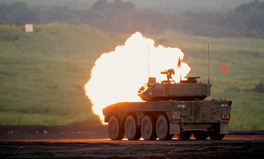 発砲する16式機動戦闘車=25日、静岡県御殿場市の陸上自衛隊東富士演習場(早坂洋祐撮影)