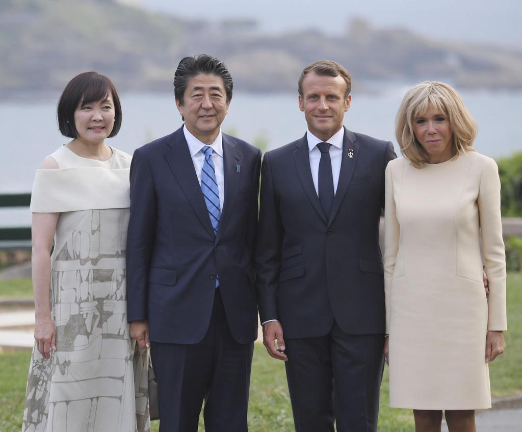 マクロン仏大統領(中央右)夫妻の出迎えを受け、記念撮影する安倍首相夫妻=24日、フランス南西部のビアリッツ(代表撮影・共同)