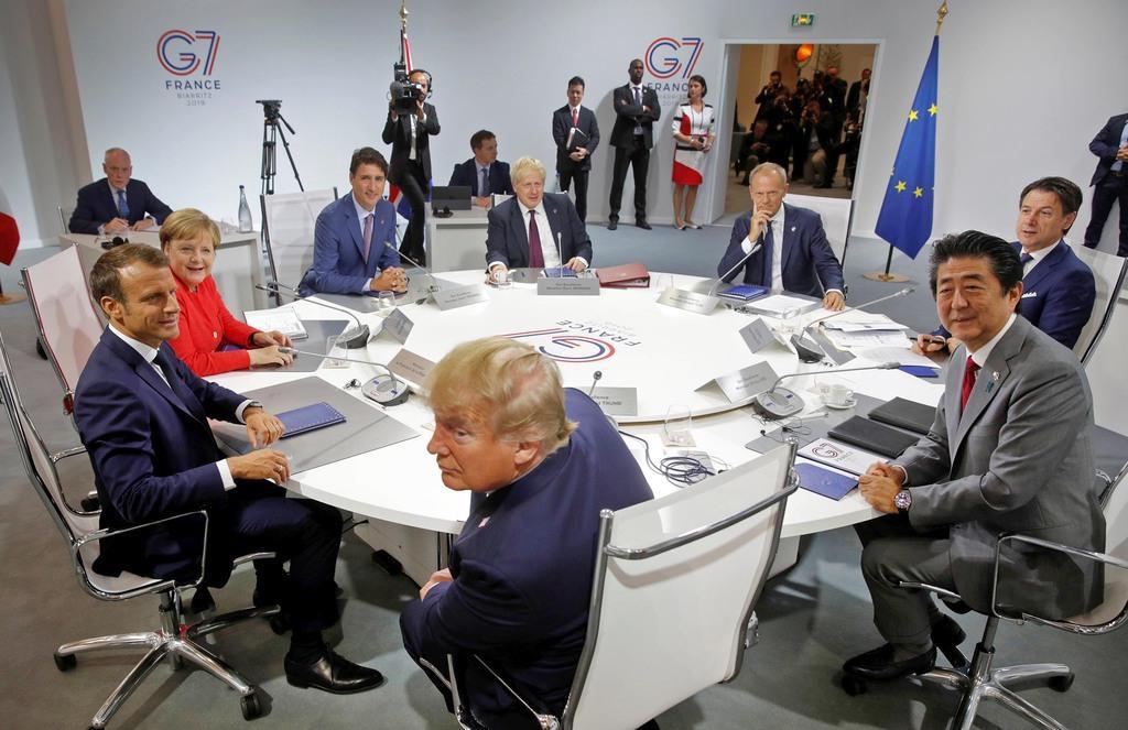 G7首脳会議に臨む各国首脳。右手前は安倍晋三首相=25日(ロイター)