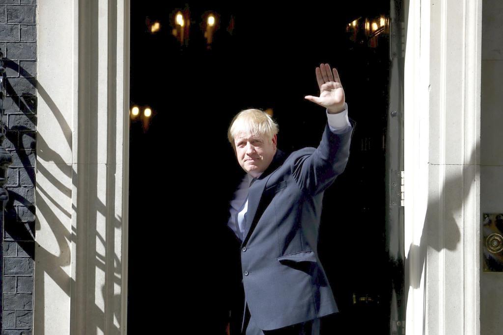 7月24日、ロンドンの首相官邸に入るジョンソン英首相(ロイター)