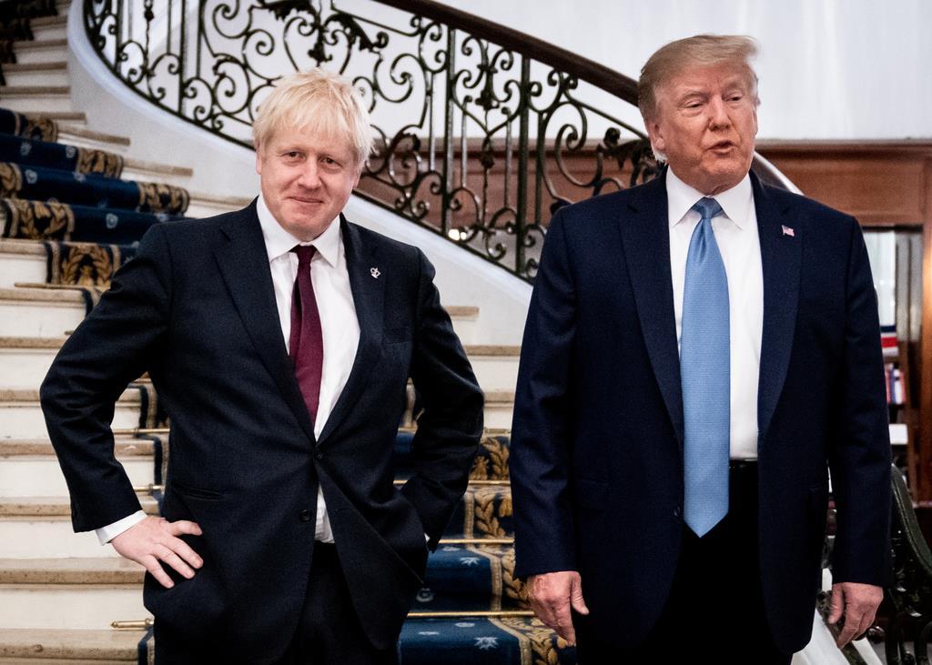 仏南西部ピアリッツの会談場所に到着したトランプ米大統領(右)とジョンソン英首相=25日(ロイター)